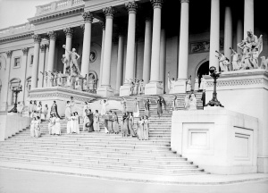 Fourth+of+July.+Group+on+Capitol+steps,+1918
